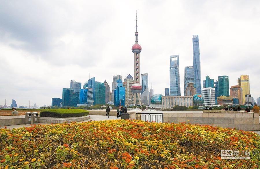 才隔4天 台灣又輸出一確診到上海 指揮中心11點說明。圖為上海浦東陸家嘴金融中心。(中新社資料照片)
