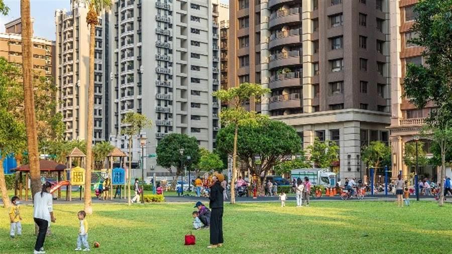 「涵悅+」建案旁就是豐德公園,附近還有興豐公園、湖濱公園,未來不論是散步、運動、溜小孩都輕鬆愉快,公園宅永遠都是最受大家歡迎的選擇。/崴爺提供