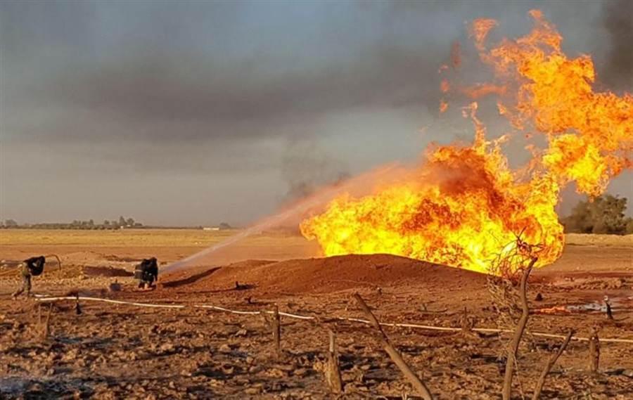 敘利亞天然氣管線大爆炸,造成管線大火,消防隊以水去降溫。(圖/路透)