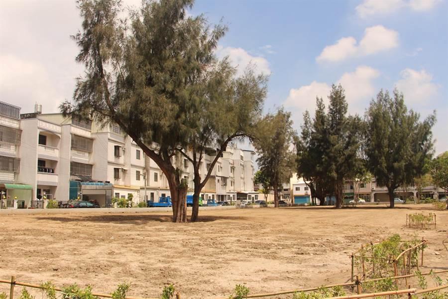 苗栗市公所整頓清華里社區活動中心旁空地,擬打造槌球公園,成為附近居民休憩首選。(何冠嫻攝)