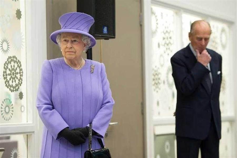 女王曾公開表示有這位「背後男人」,她才能堅持下去,不過這幾年卻不斷傳出有關菲利普親王外遇的消息,令人外界感到意外。(圖/Reuters)