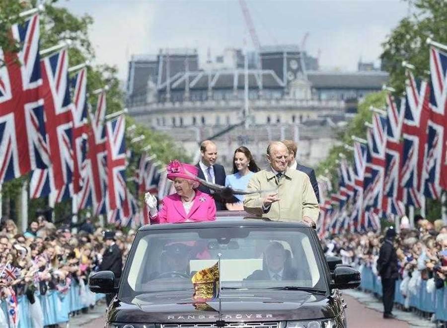 女王面對老公的花心,總是睜一隻眼閉一隻眼。(圖/Reuters)