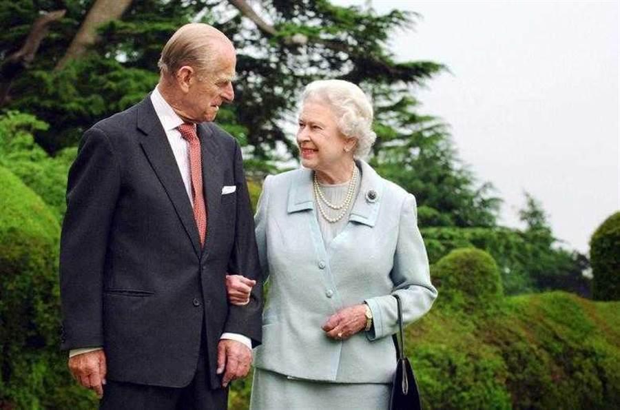 女王心裡始終都深信著「有一天菲利普親王會回來的」。(圖/Reuters)