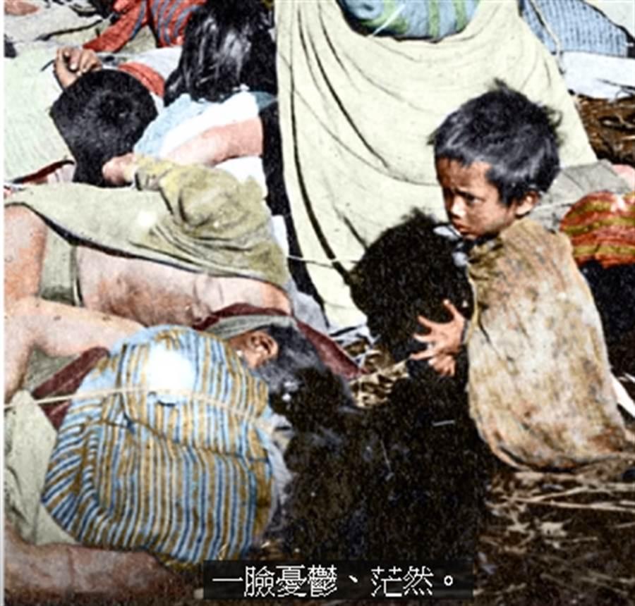 徐宗懋介紹一張特別的照片,叫《日據台灣一張心酸的照片》,其中一位小孩一臉茫然,徐宗懋表示,他一輩子忘不了。(取自徐宗懋Youtube直播)
