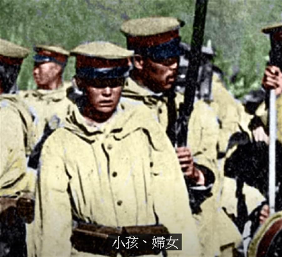 徐宗懋介紹一張特別的照片,叫《日據台灣一張心酸的照片》,其中一位年輕的日本軍人。(取自徐宗懋Youtube直播)