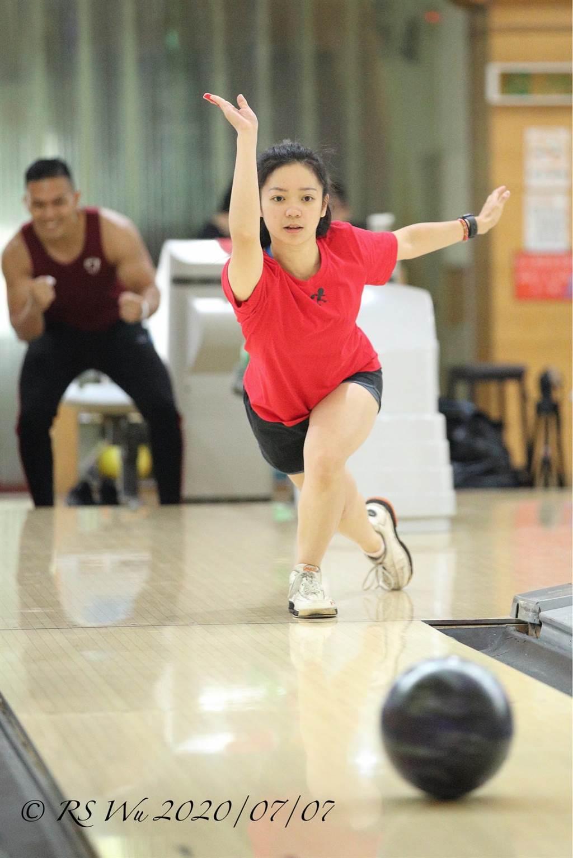 保齡球甜心名為紀沛淇,是國內現役的保齡球女國手,所使用的保齡球得意絕活為台灣自創的飛碟球技,主要是利用地球自轉般的效果,產生高度扭力來擊球。(滾滾諸公授權提供)