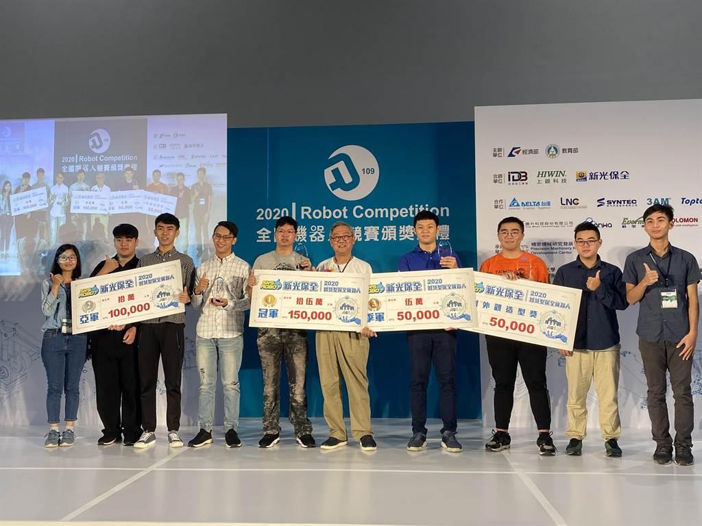 2020新光保全智慧型保全機器人競賽,由鄭澤芳資深協理(右5)頒獎。(新保提供)