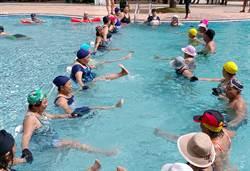 千歲團跳水上芭蕾,6旬爺奶戲水展舞姿