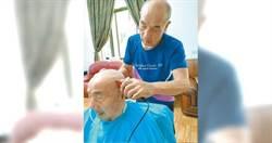 73歲翁照顧97歲老爸 成最年長全國孝行獎楷模