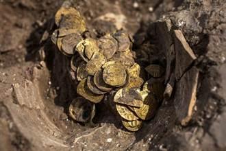 2青少年考古遺址挖到神秘陶罐 打開看竟有425枚千年金幣