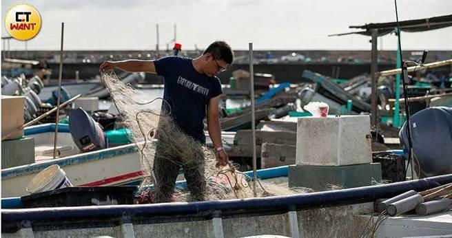 漁民生財工具遭毀,達德卻變相指責船筏為取得更多賠償金,故意存心在離岸風場施工範圍內施放漁網。(圖/宋岱融攝)