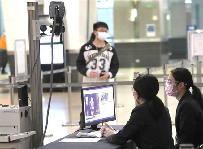入境普篩都傻瓜?網曝背後殘酷真相:不要笑死人。圖為機場入境檢查。(報系資料照)