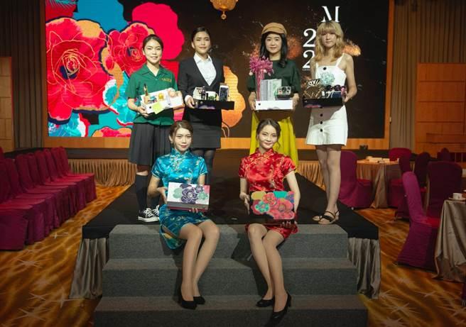 漢來美食推出兩款月餅禮盒,找來model走秀,目標衝出5萬盒。(漢來美食提供/柯宗緯高雄傳真)