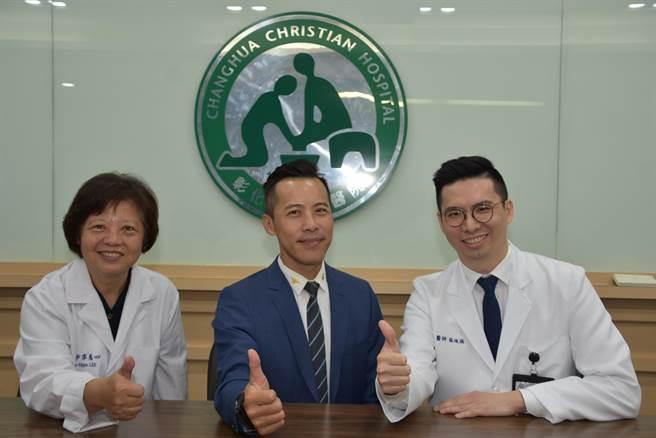 李慈心教授(左)、蘇竣揚醫師(右),順利完成3D列印輔助微創正顎手術與術後矯正,讓張庭維(中)身體恢復健康,家人都忍不住大讚他變得更帥氣有型。(謝瓊雲攝)