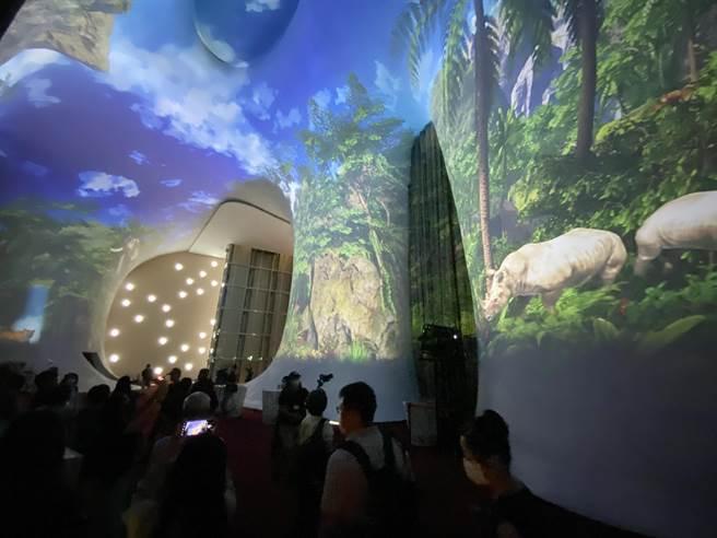 台中國家歌劇院的「耶誕曲牆光影秀」,今年推出「光之曲幕」。(陳淑芬攝)