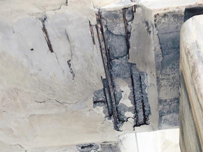 蘆竹區台61線24公里處平面道路,因臨海近,造成鋼筋易鏽蝕膨脹。(翻攝照片/姜霏桃園傳真)