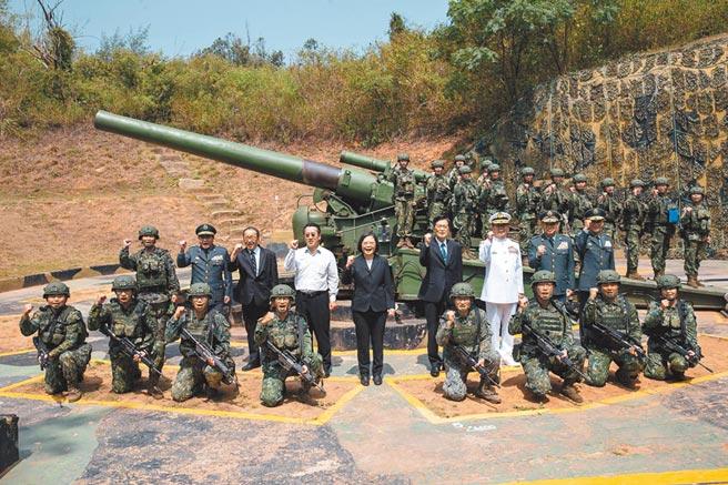 總統蔡英文(中)23日赴金門參加八二三砲戰62週年紀念活動。(國防部提供/中央社記者游凱翔傳真)