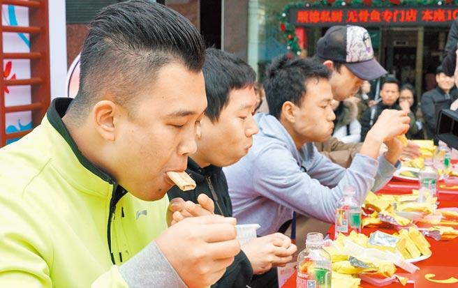 2017年12月17日,大胃王挑戰賽在廣州市越秀區舉辦。選手們狼吞虎咽。(中新社)