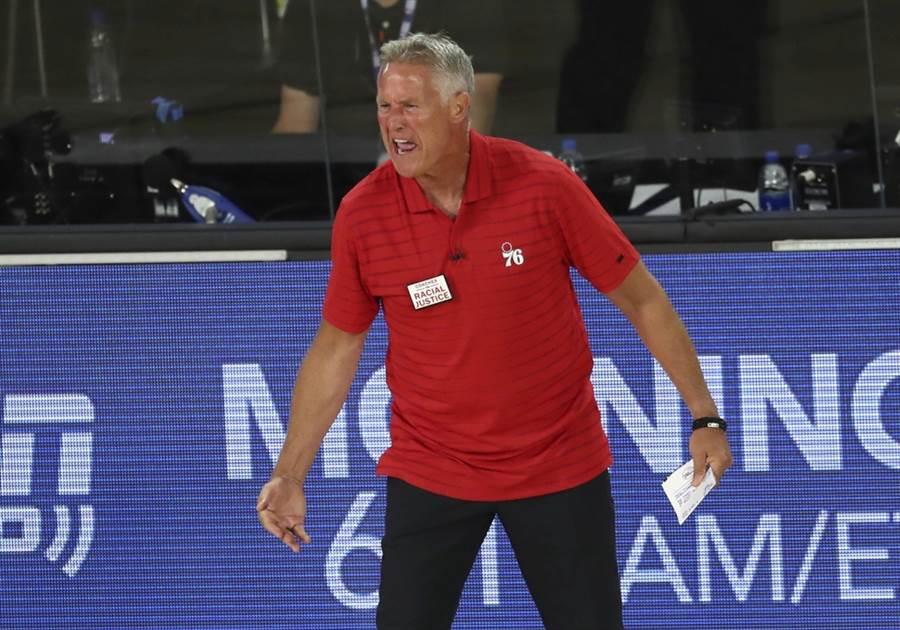 七六人總教練布雷特布朗在季後賽敗戰後隔天就被開除。(美聯社資料照)