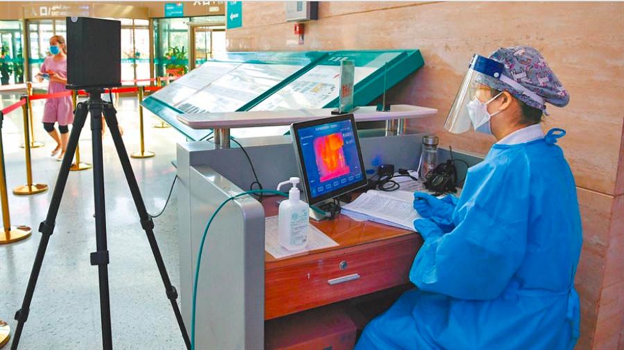 圖為烏魯木齊的新疆維吾爾自治區人民醫院實時監測入內人員的體溫。(新華社資料照片)