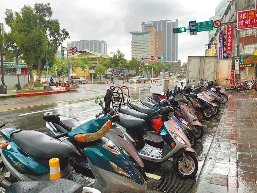 台北市長柯文哲去年拍板4階段機車格收費政策,停管處為了減緩對機車族的影響,推出全市路邊機車停車月票400元、全市每日1單20元、電動機車免費優惠。(本報資料照)