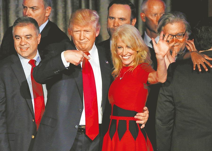 白宮顧問康威女士基於家庭因素,於23日宣布月底將閃辭,讓川普選情雪上加霜。圖為4年前勝選之夜,川普興奮摟著他的競選經理康威女士慶祝。(路透)