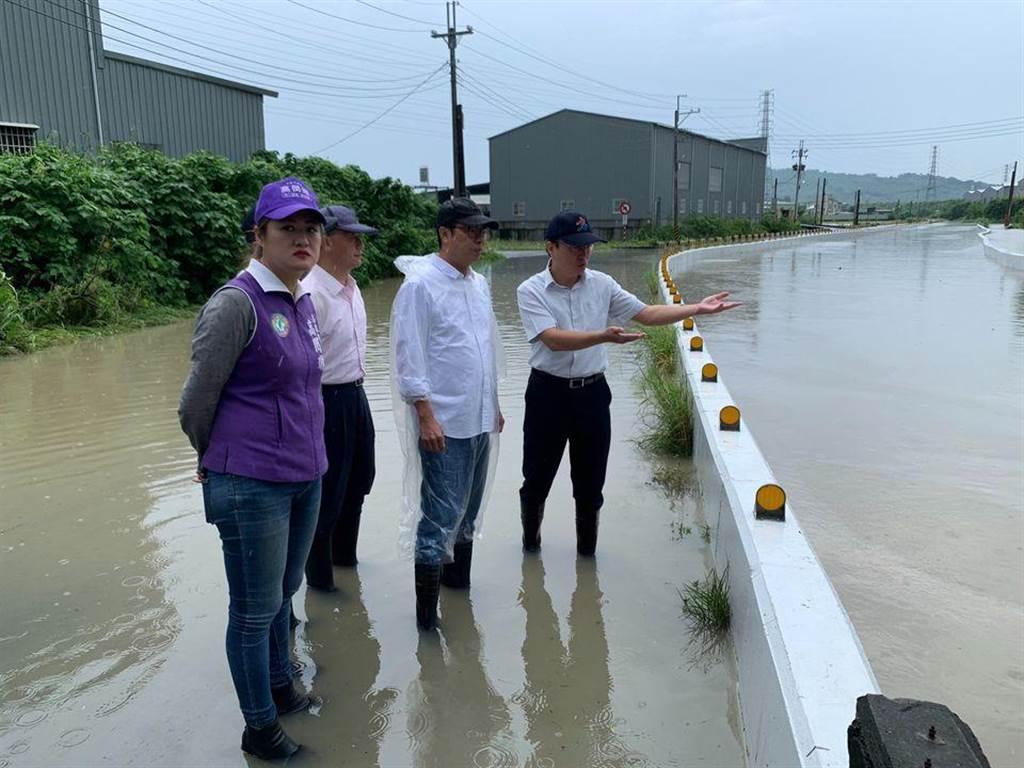 新任高雄市長陳其邁,今在高雄勘查淹水情形。(圖/翻攝自 陳其邁臉書)
