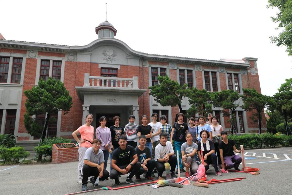 列為台南市定古蹟的長榮女中紅樓建築,於2012年屋頂塌陷,並於2019年修復完成。近來教職員工趁暑假期間,打掃內部,為校史館準備。(李宜杰攝)