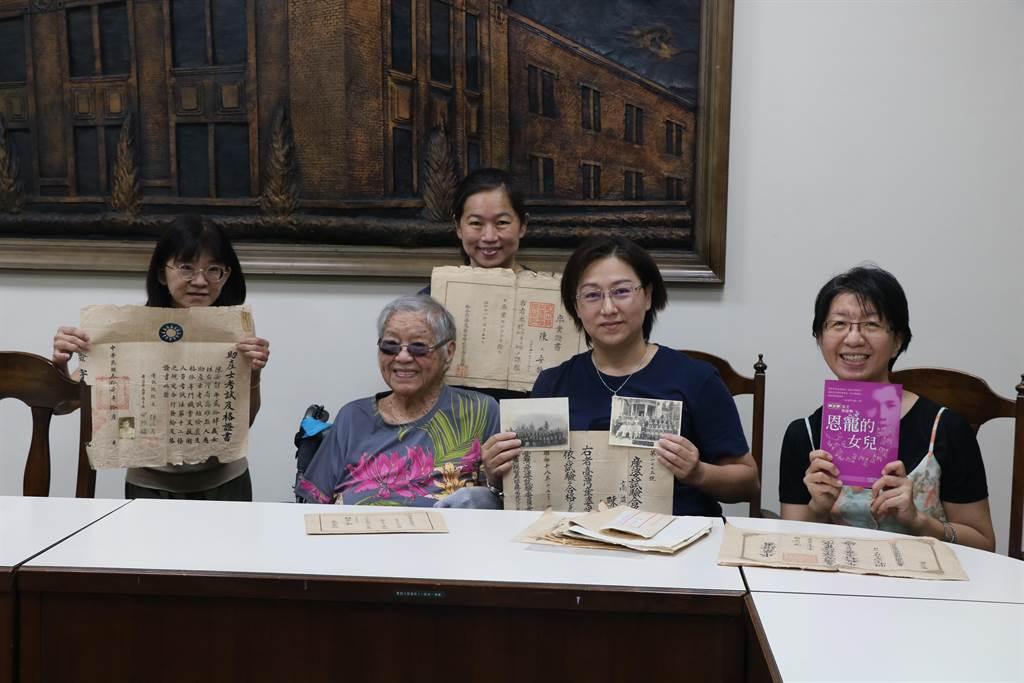 95歲的校友陳安靜(左二)捐贈珍貴史籍資料給校方。(李宜杰攝)
