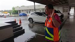 風雨中橋上獨自撿垃圾 阿嬤級清潔隊員堅守崗位受稱讚