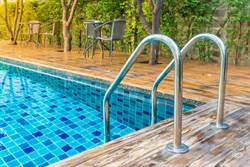 5星飯店游泳見8坨黃金飄池裡 旅客崩潰:喝了多少糞水