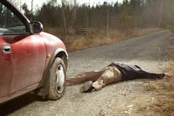 癡情夫趴引擎蓋想挽外遇妻 他苦撐近11公里後高速噴飛慘死