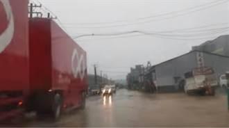 高雄豪大雨這兩區驚見慘況 網:市長的「奶茶河」來了