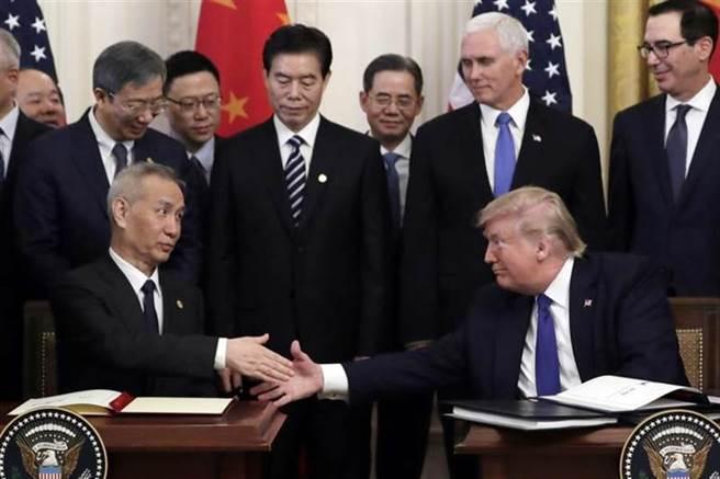 美國總統川普與大陸副總理劉鶴(左)。(美聯社)