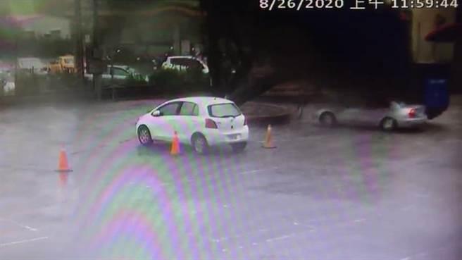 台南仁德區保華宮前的榕樹倒塌壓到一輛自小客車。(鄭晴而提供/曹婷婷台南傳真)