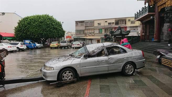 遭榕樹壓毀的車子。(曹婷婷攝)
