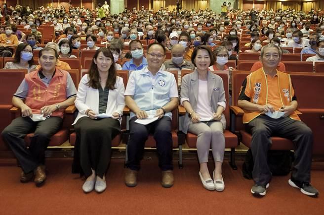 嘉義市副市長陳淑慧(右二)出席旺旺文教基金會公益演唱會。(廖素慧攝)