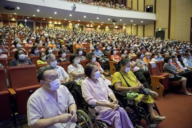 旺旺演唱會情人節在嘉義市開唱,千位志工嗨翻天。(廖素慧攝)