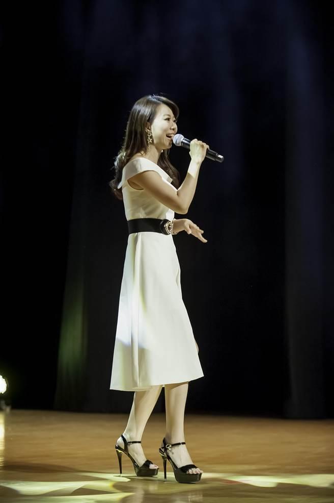 知名歌手甲子慧高歌經典好歌。(旺旺文教基金會提供)