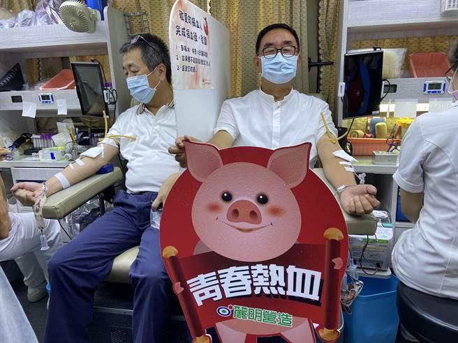 麗明營造董事長吳春山帶頭捐血,他說,捐血到今年已第25年,盼號召更多民眾前來打破去年1113袋的捐血紀錄,幫助更多人。(盧金足攝)