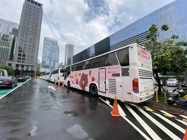 麗明營造號召發起公益捐血活動,6台捐血車一字排開,很多民眾不到9點就來排隊捐血。(盧金足攝)