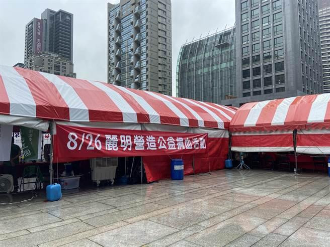 「麗明營造第19屆捐血活動」今日在台中市政府「府後廣場」開放式空間登場。(盧金足攝)