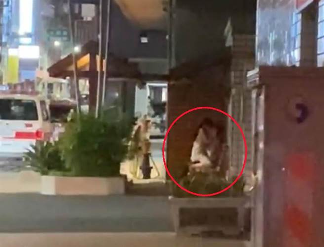 有網友在《新竹爆料公社》貼出影片,一對情侶竟然在新竹市政府前、警察局對面,當街「開戰」。(《新竹爆料公社》影片)