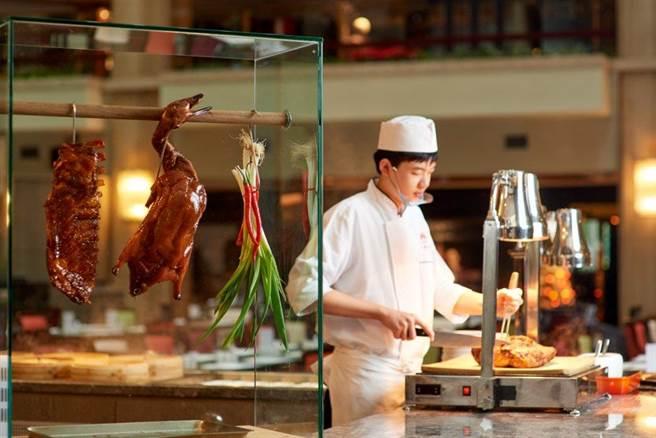 「彩虹座中西日美饌」受消費者歡迎,此為主廚現切料理的餐檯。(台北福華大飯店提供)
