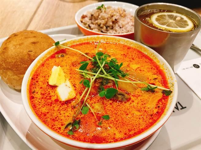 傳統的叻沙同時具有辛辣、香醇濃郁的椰奶味,而在Anna重新詮釋的叻沙,在湯裡頭添加了通心粉,馬鈴薯、胡蘿蔔、南瓜及蘑菇。這道菜的另一項特色就是青醬調味品,而這項添加這項調味品的靈感來自台灣擔擔面上頭淋上的肉燥。(圖/邱映慈攝影)