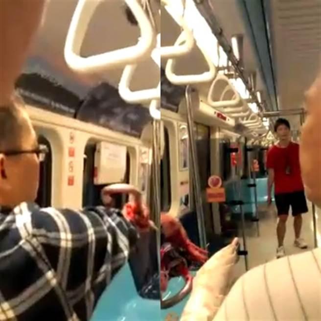 鄭捷水果刀在車廂內瘋狂砍人,其中有乘客聯合起來,拿雨傘抵擋兇嫌(左圖);一名戴粗框眼鏡的平頭男子,他右手緊握著長柄雨傘當武器,後排民眾齊聲高呼:「走開、走開!」(右圖)。(中時資料庫)