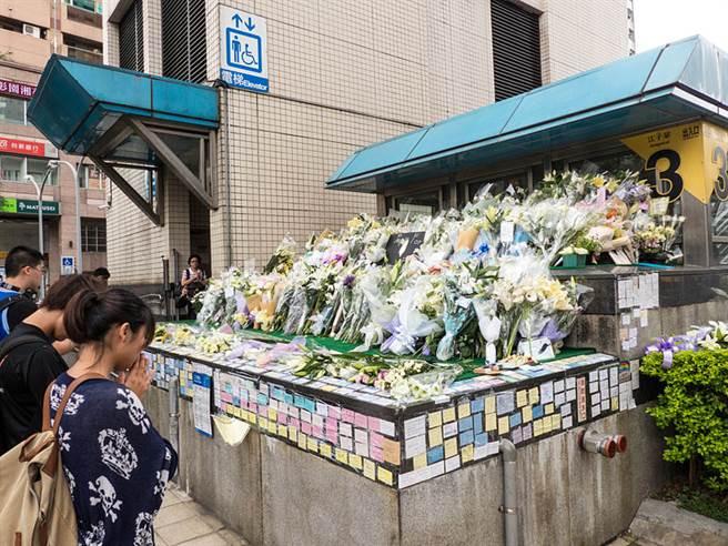 鄭捷事件後,許多民眾23日自發性地來到江子翠3號出口獻花、寫祝福卡片以弔念死者,期望傷者康復;民眾獻花後低頭默哀。(玄史生攝)