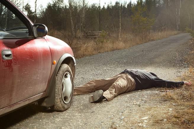 癡情夫趴引擎蓋想挽癡情回外遇妻,他苦撐近11公里後體力不支便摔下,送醫不治。(示意圖/Shutterstock)
