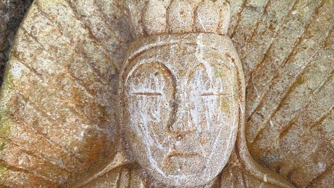 花蓮錐麓古道山壁上百年白衣觀音像,日前遭遊客惡作劇刮花臉。(錐麓古道響導雪巴提供/羅亦晽花蓮傳真)