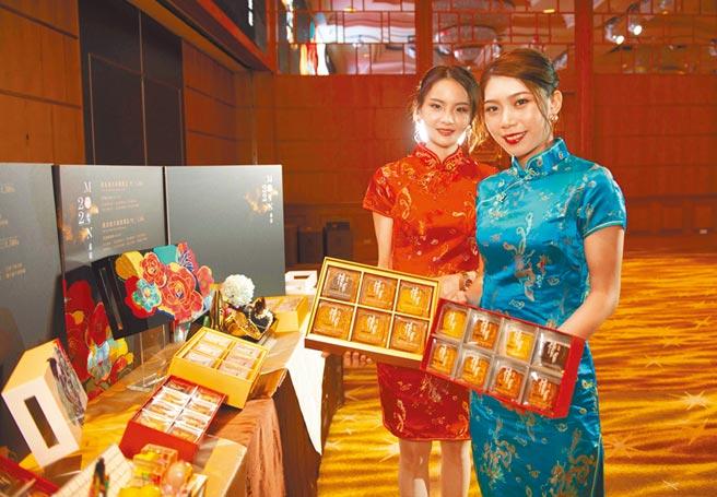 漢來美食推出兩款月餅禮盒,找來model走秀,目標衝到5萬盒。(漢來美食提供/柯宗緯高雄傳真)